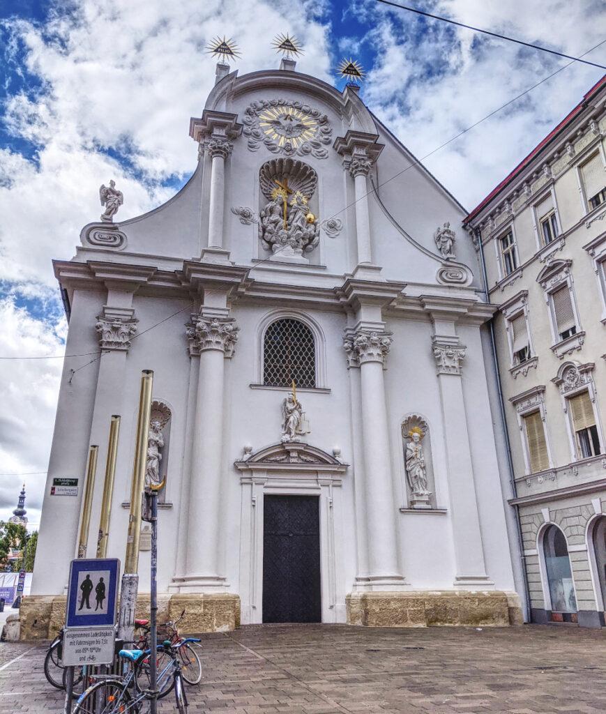Zwischen Mur-Ufer und Schlossberg steht die Dreifaltigkeitskirche