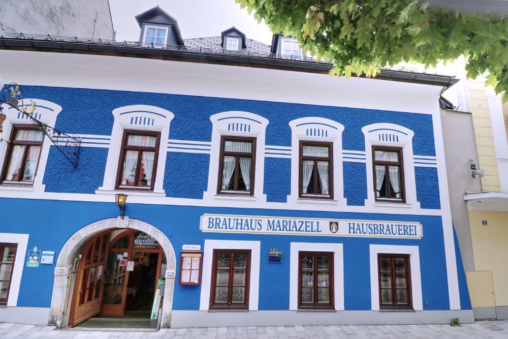 Das Gebäude der Brauerei Mariazell strahlt blau