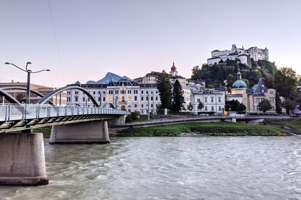 Am Abend erleuchtet die Skyline von Salzburg