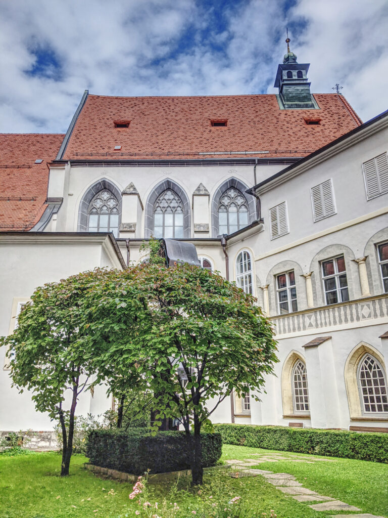 Es lohnt sich auch den Innenhof der Franziskanerkirche zu besuchen
