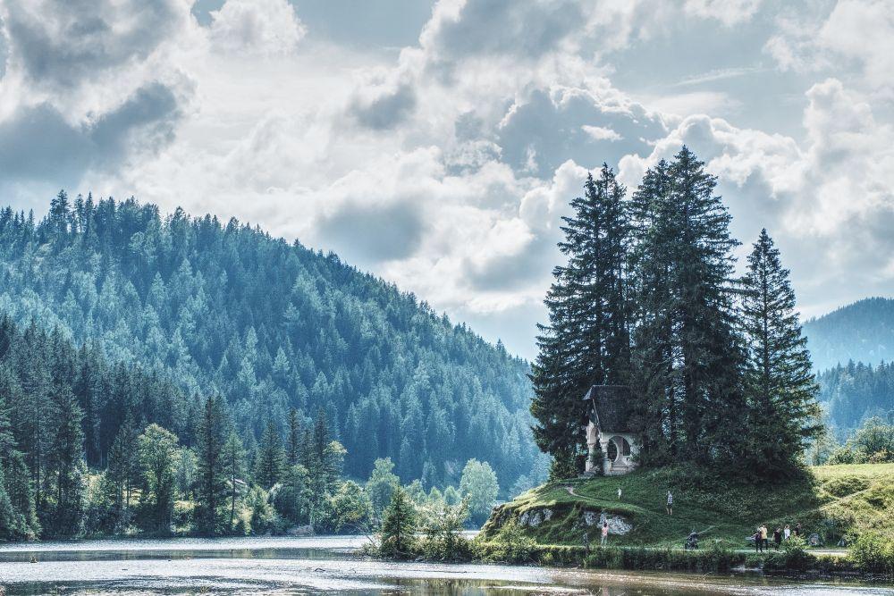 Die Hubertuskapelle direkt am Wasser