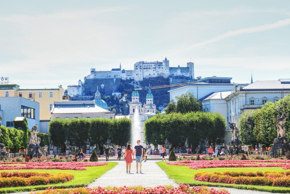 Schlossgarten Mirabell und im Hintergrund die mächtige Festung