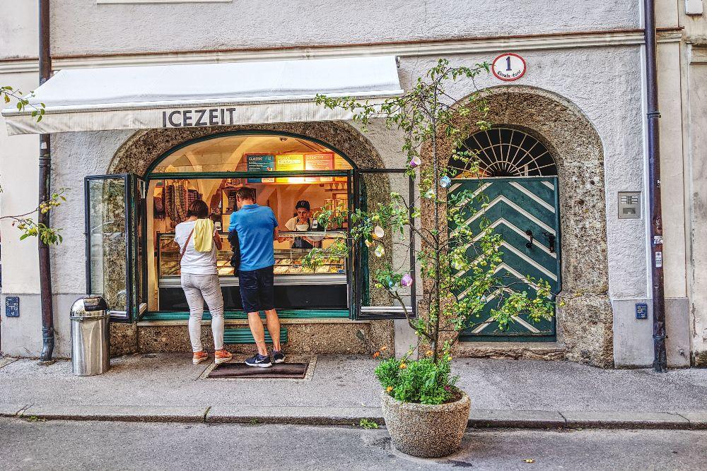 Das Fenster über der Eisdiele war unsere Unterkunft in der Altstadt von Salzburg