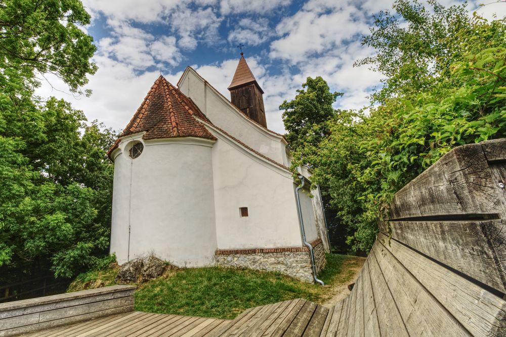 Picknick-Bereich hinter der Kirche St. Johann und Paul