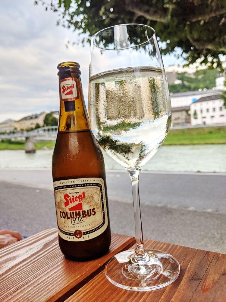 Lokales Stiegl-Bier und Spritzer in der Monkey Bar