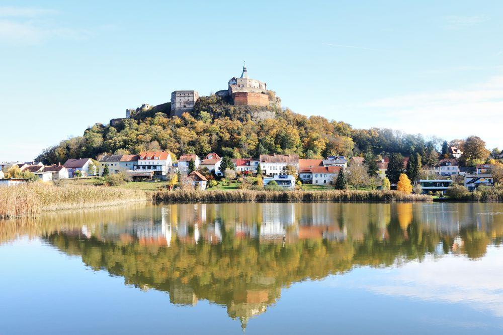 Blick über den Fischteich auf die Burg Güssing
