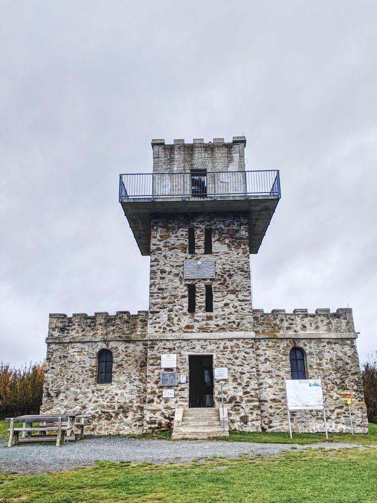 Die Aussichtswarte auf dem höchsten Berg im Burgenland