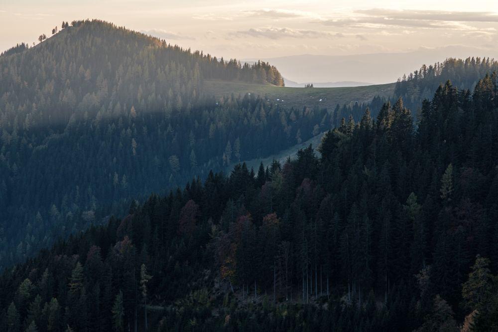 Der Naturpark Almenland im Herbst zum Sonnenuntergang
