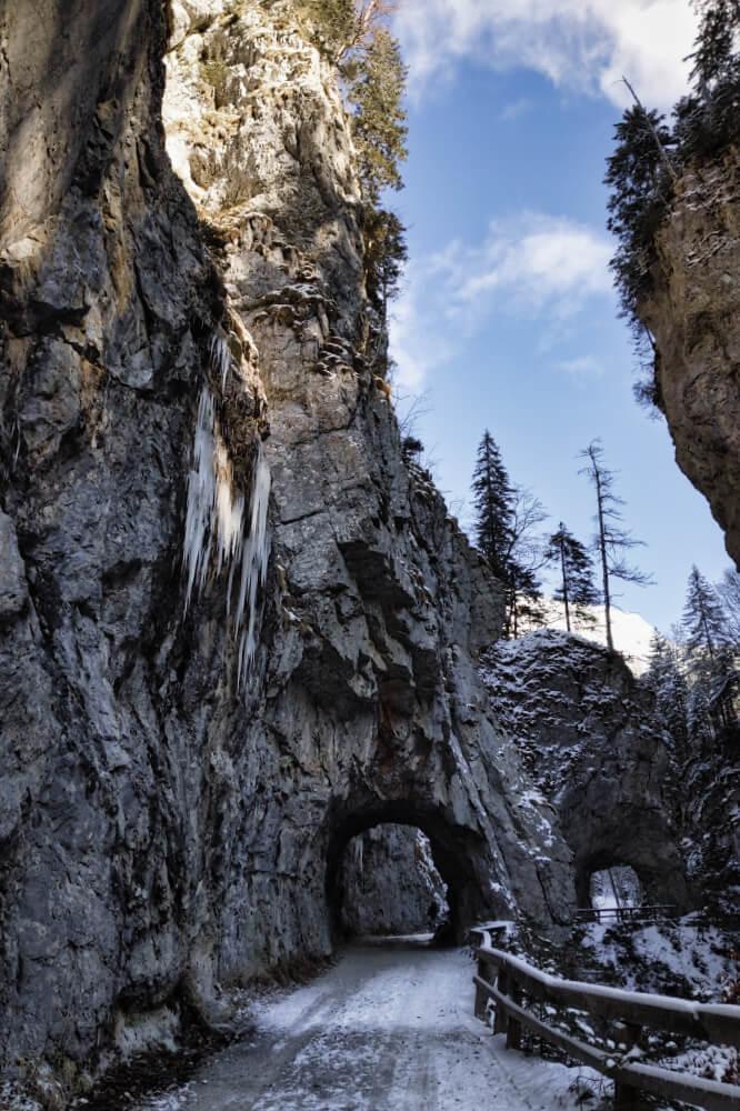 Beim Winterwandern passiert man die Teufelsklam