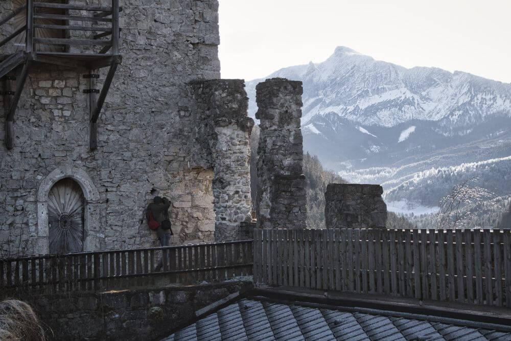 Von der Burg hat man eine spektakuläre Aussicht auf die Berge