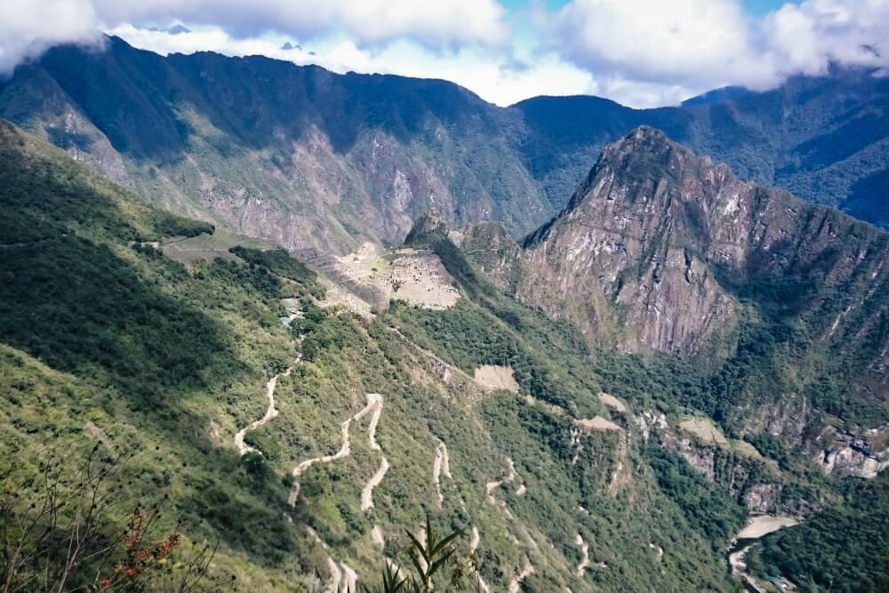 Die letzte Etappe fährt ein Bus die Serpentinen Richtung Inka-Stätte