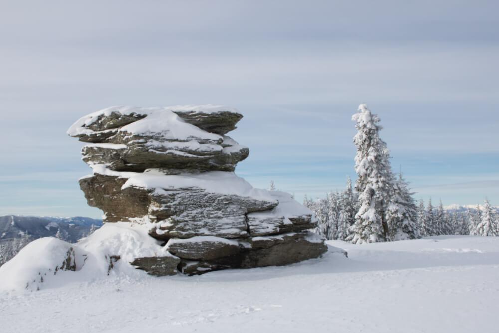 Der beeindruckende Teufelstein in den Fischbacher Alpen bei Schnee