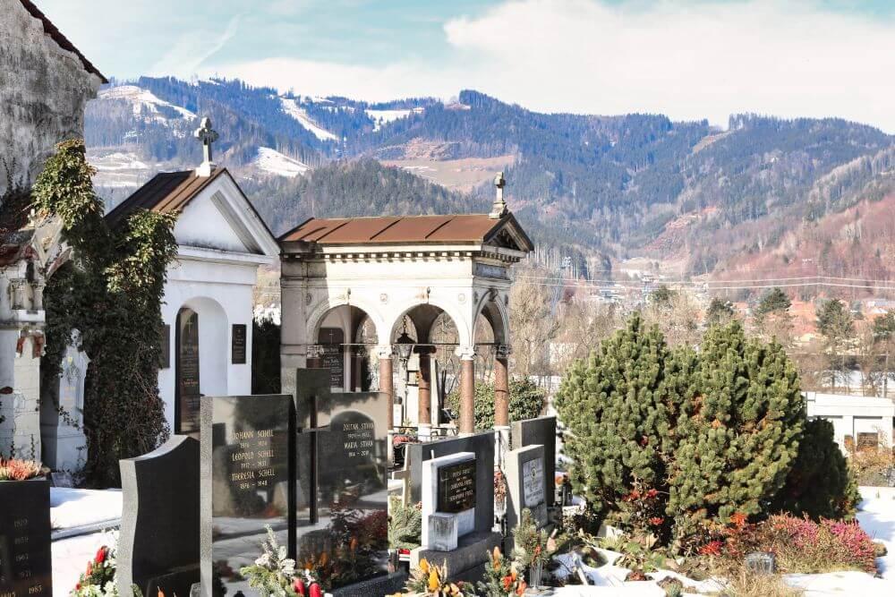 Der sehenswerte Friedhof in Bruck an der Mur liegt nicht weit vom Stadtkern