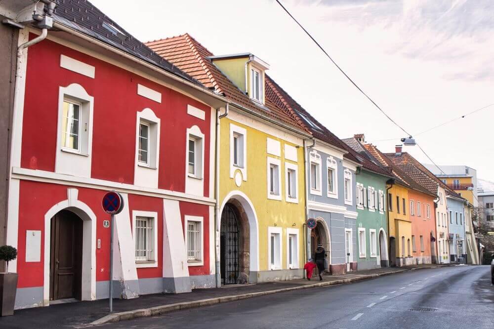 Viele bunte Häuser sind in der Stadt zu finden
