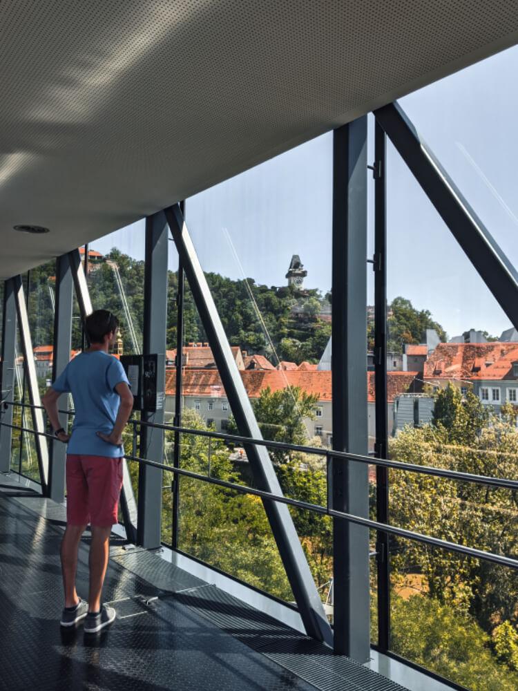 Ausblick auf den Schlossberg mit Uhrturm vom Kunsthaus Graz
