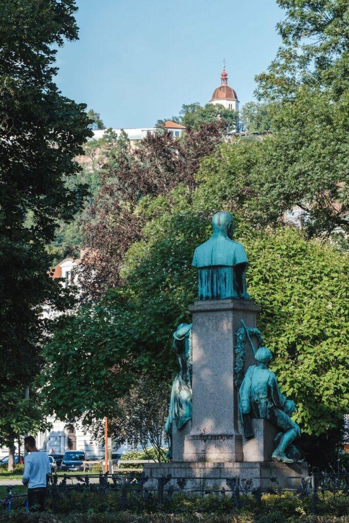 Vom Volksgarten schaut auf auf den Schlossberg