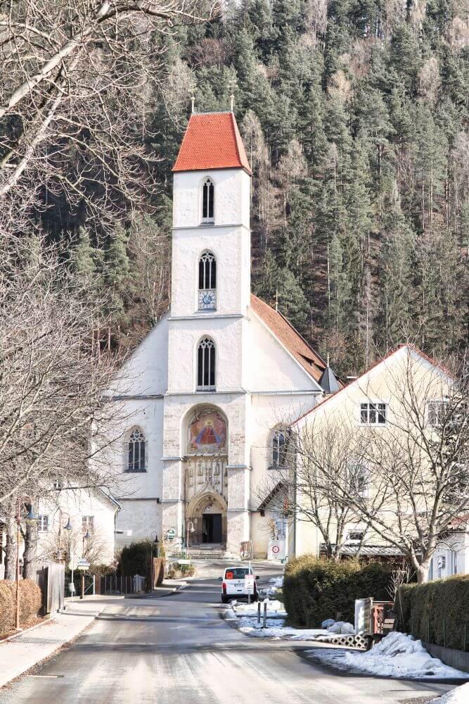 Die Frauenkirche Pernegg sieht man bereits aus der S-bahn