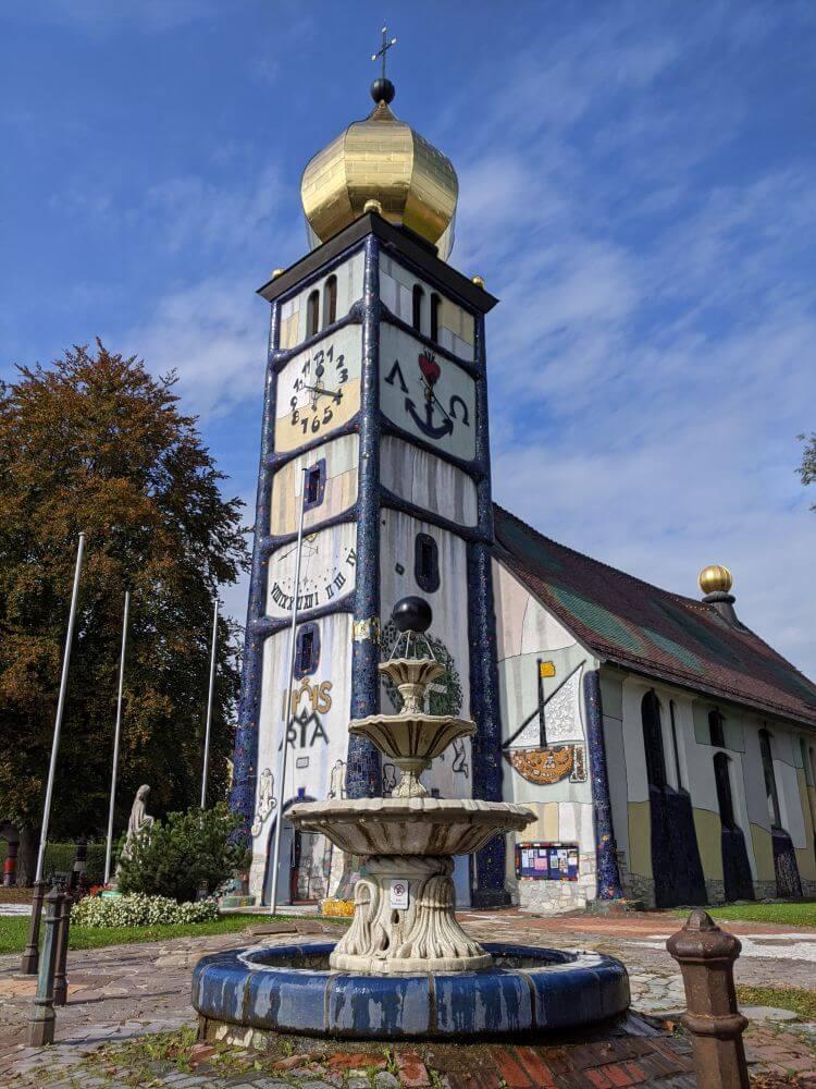 Die Hundertwasserkirche in Bärnchbach ist eine steirische Sehenswürdigkeit