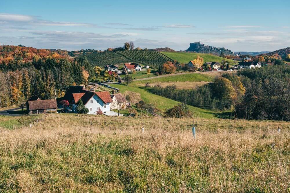 In der Ferne thront die Riegersburg im Vulkanland