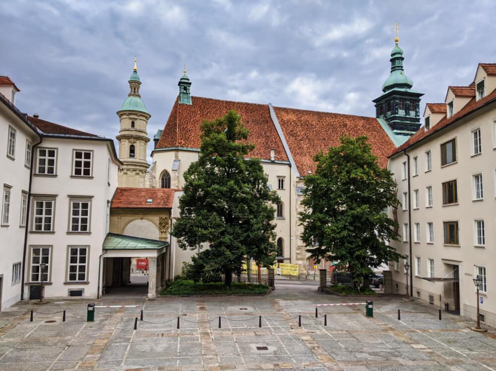 Ausblick aus dem Fenster der Grazer Burg auf Dom und Mausoleum