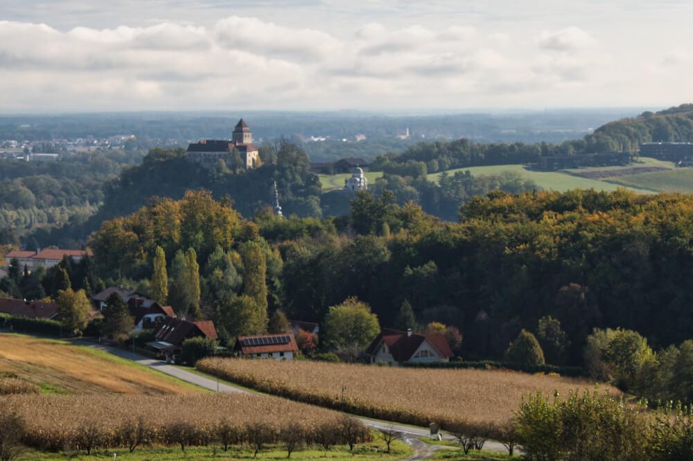 Links thront Schloss Ehrenhausen – rechts das Mausoleum