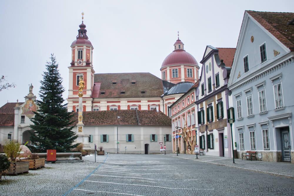 Blick auf die Pöllau Pfarrkirche vom Marktplatz
