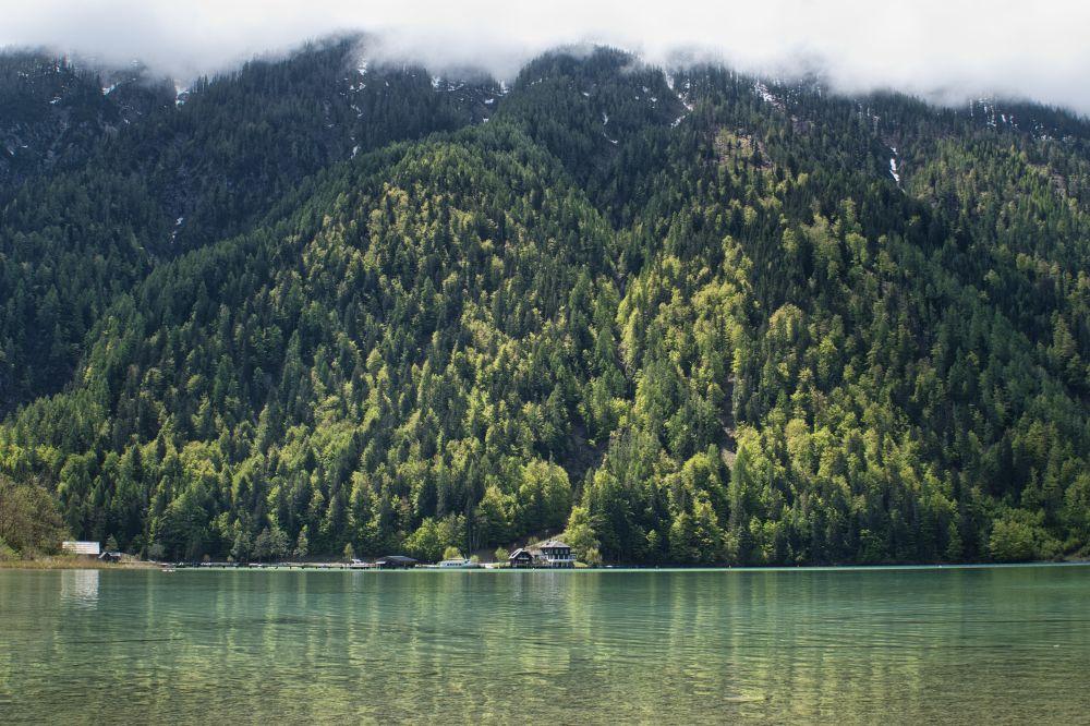 Der Weissensee in Kärnten schimmert türkis und ist glasklar