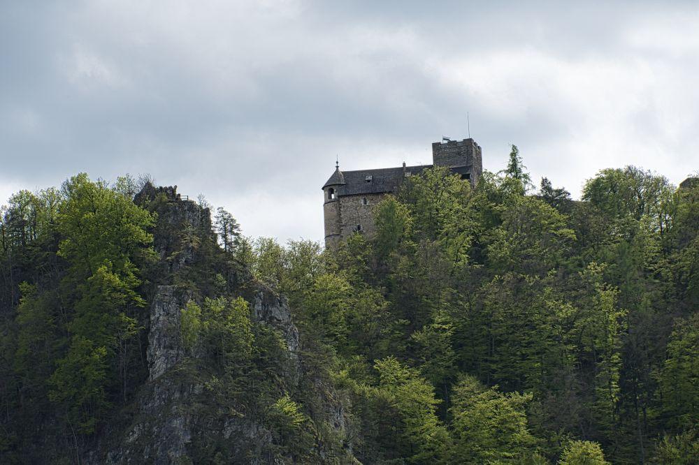 Die Burgruine Gösting mit Jungfernsprung (links)
