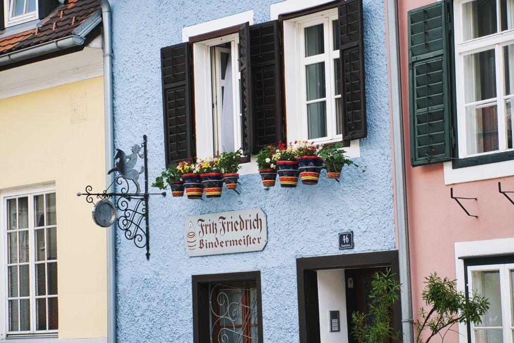 Schmale bunte Häuser im malerischen Frohnleiten