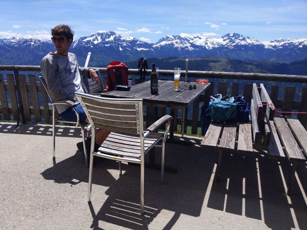 Auf der Kohlrösl Hütte kann man neben dem Essen auch die Panoramaaussicht genießen