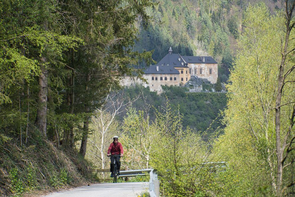 Der Murradweg führt auf der 5. Etappe entlang der Burg Rabenstein