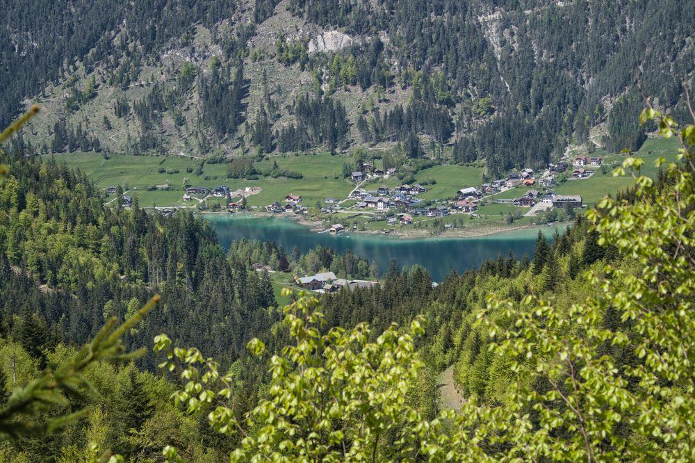 Auf dem Rückweg ins Tal gibt es herrliche Ausblicke auf den Weissensee vom Südufer