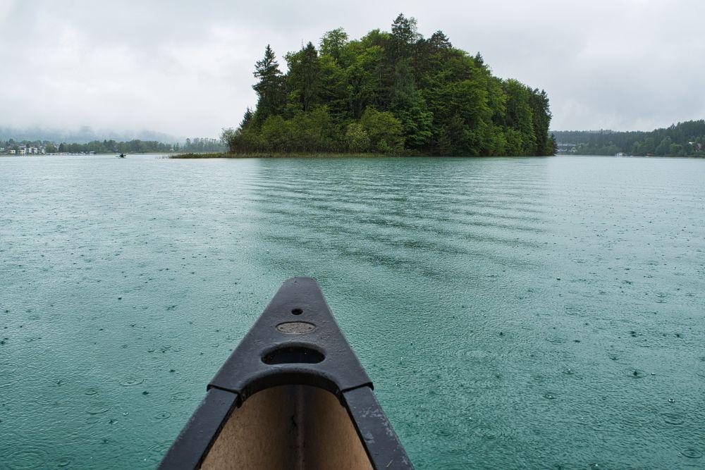 Eine Kanufahrt bei Regen auf dem Faaker See
