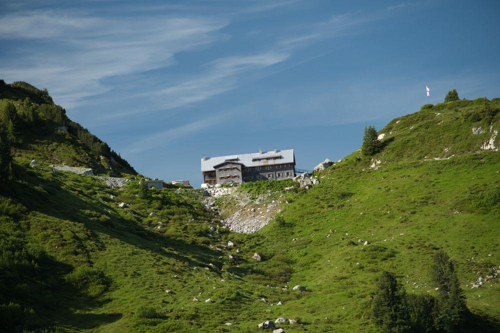 Die Freiburger Hütte mit Blick auf den Formarinsee