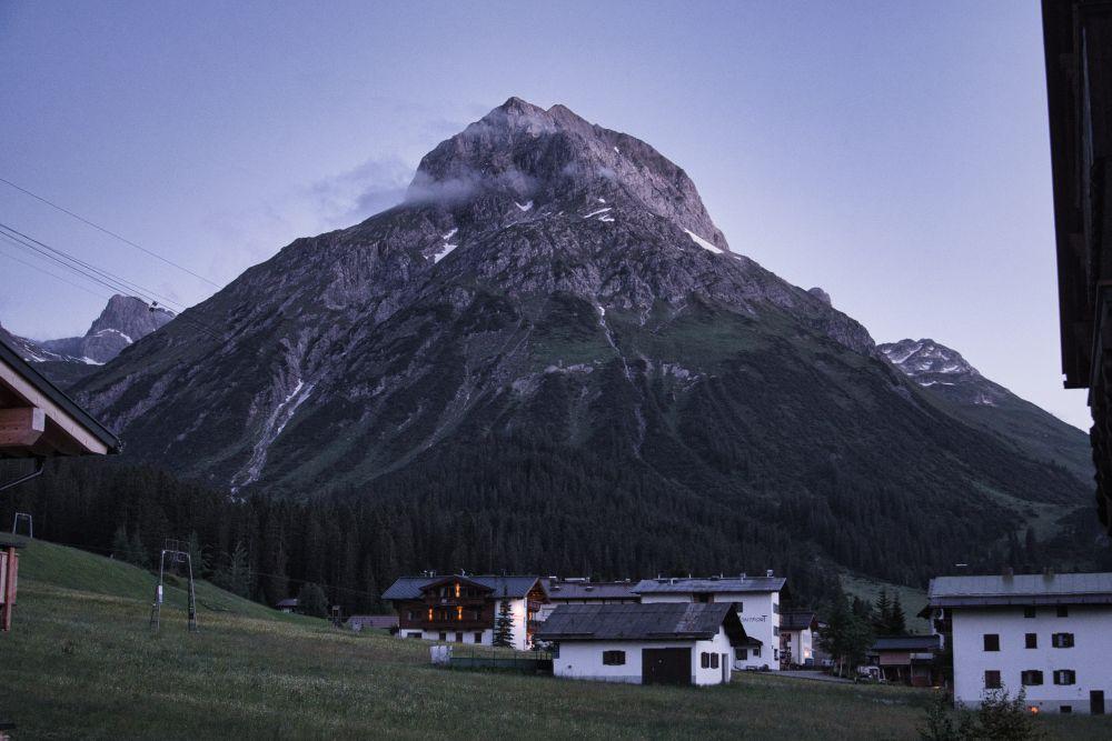 Der Blick von meinem Balkon in meiner Unterkunft in Lech am Arlberg