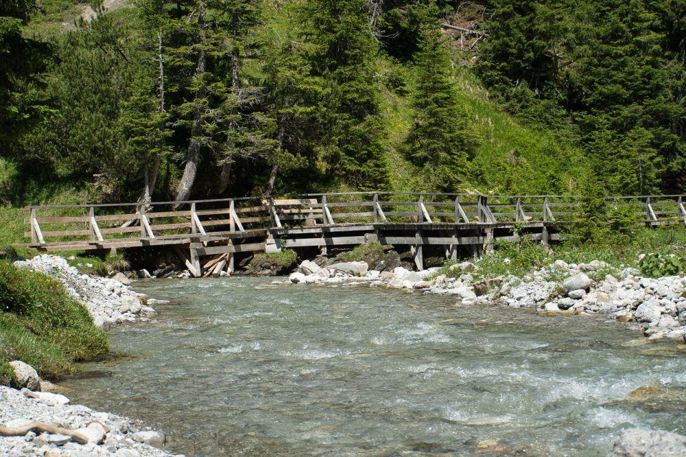 Der wunderschöne Lech ist kristallklar und fließt durch Vorarlberg, Tirol und Bayern