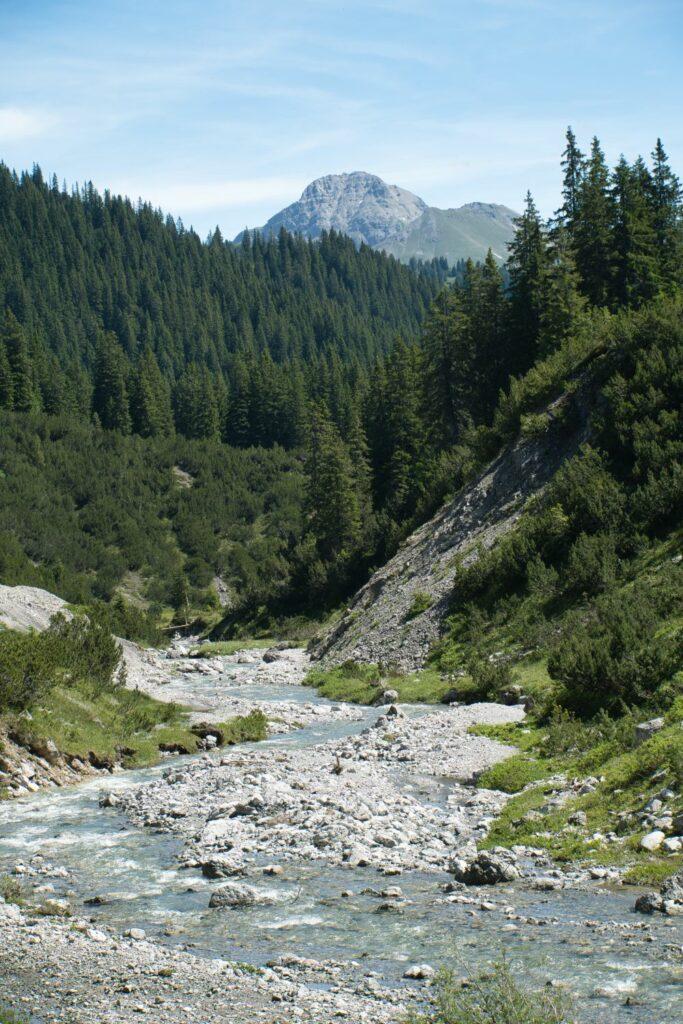 Ein Blick über den Lech mit Bergpanorama