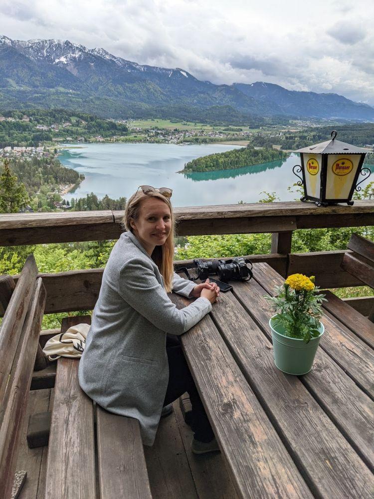 Ein schöner Gastgarten mit Panoramaausblick