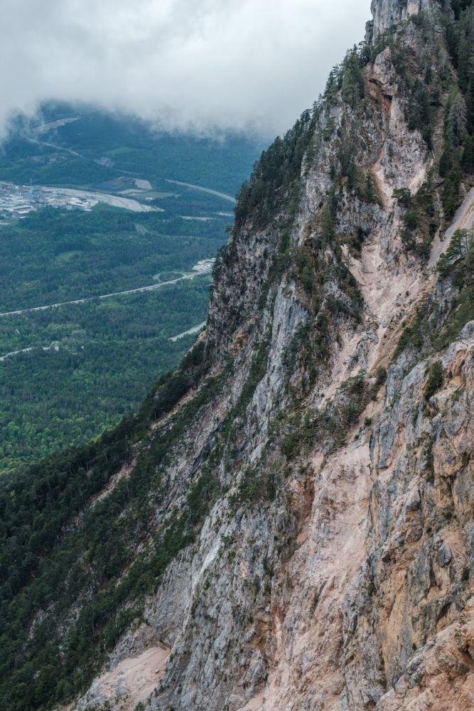 Rötlich schimmern die Felsen von der Aussichtsplattform Rote Wand
