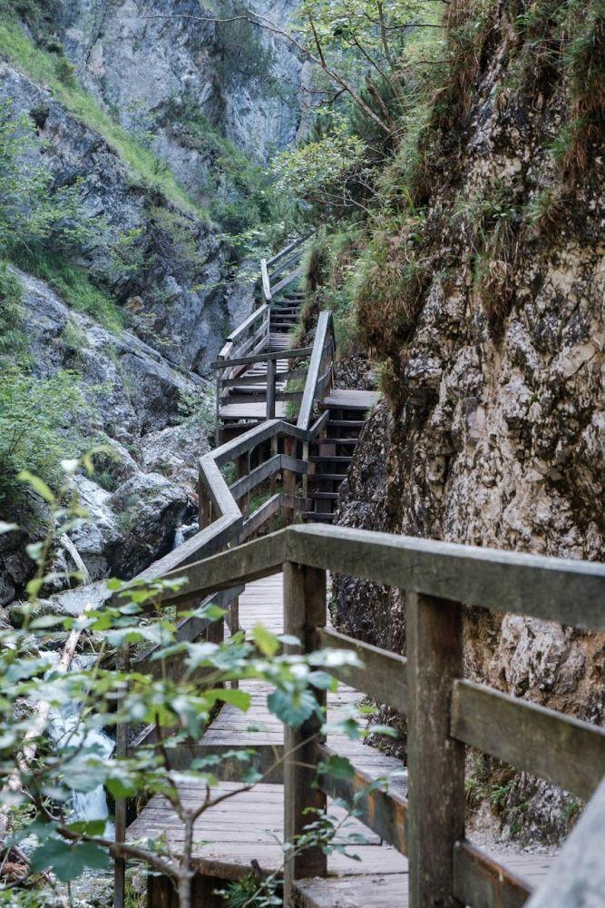 Während der Klammwanderung spaziert man überwiegend über gesicherte Holzstege