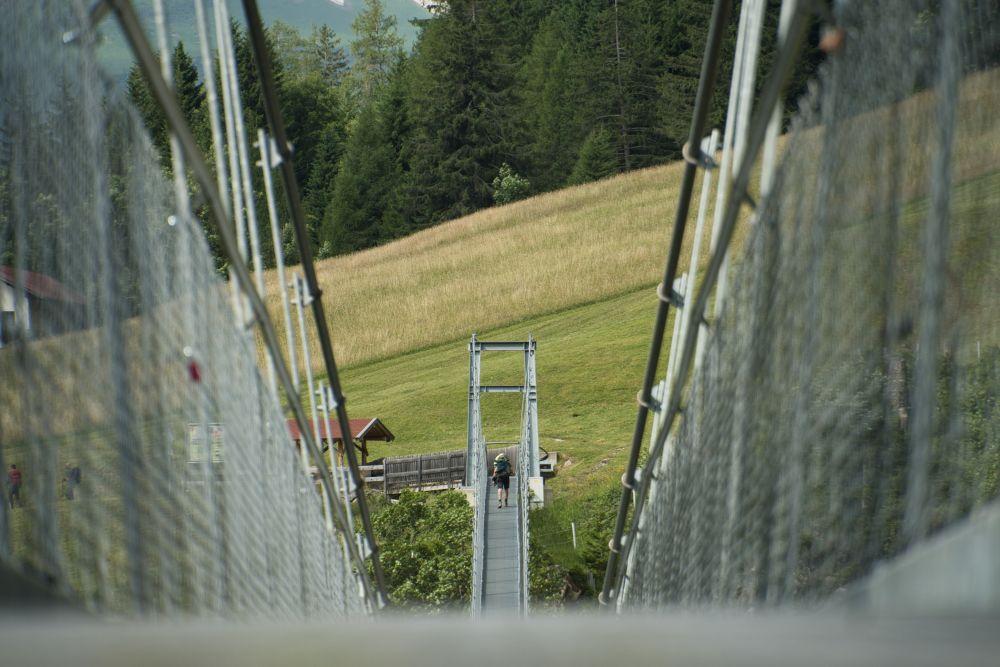Die Holzgauer Hängebrücke wackelt beim Überqueren