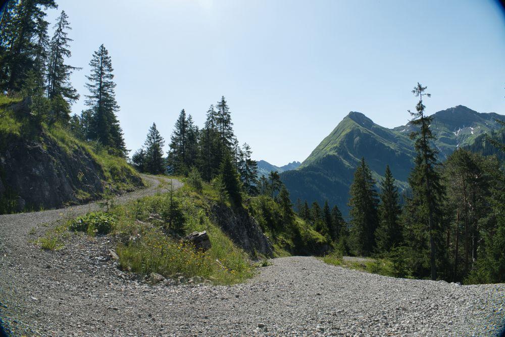 In Serpentinen geht es über einen Schotterweg bergab