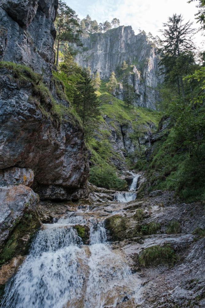 Einer von mehreren beeindruckenden Wasserfällen in der Klamm