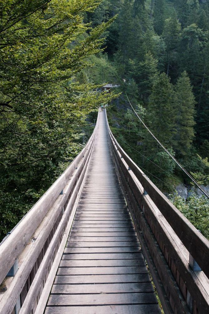 Gleich am Anfang will diese Hängebrücke überquert werden