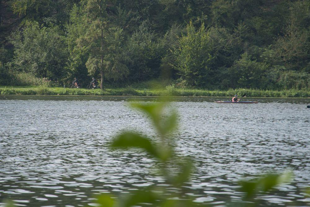 Kanus und Radfahrer auf dem See beobachten