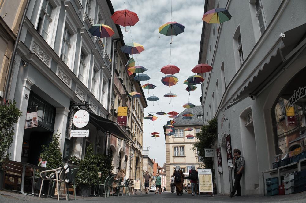 Bunte Regenschirmgasse in Bamberg in der Austraße