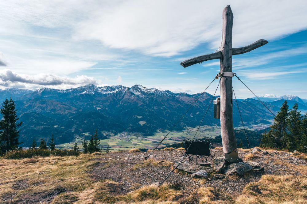 Ausblick auf die verschneiten Gipfel im Herbst