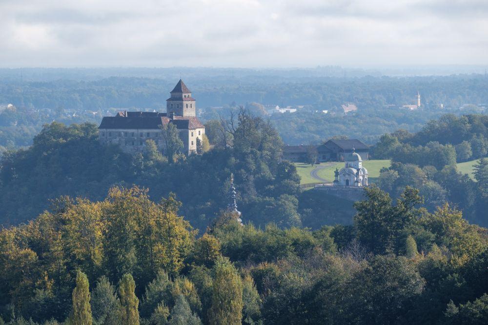Ausblick auf Schloss Ehrenhausen und das Mausoleum der Eggenberger